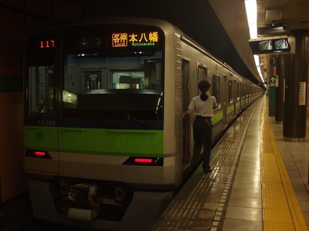 都営新宿線森下駅2番線 都営10-390F各停本八幡行き側面よし