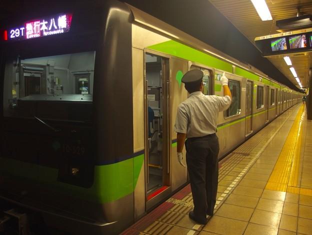 都営新宿線森下駅2番線 都営10-520F急行本八幡行き側面よし