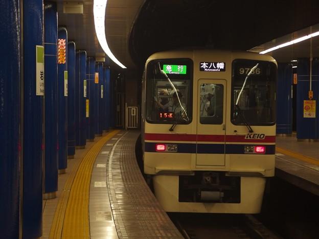 都営新宿線岩本町駅3番線 京王9036急行本八幡行き中線通過