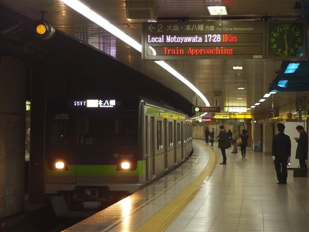都営新宿線曙橋駅2番線 都営10-550F各停本八幡行き進入