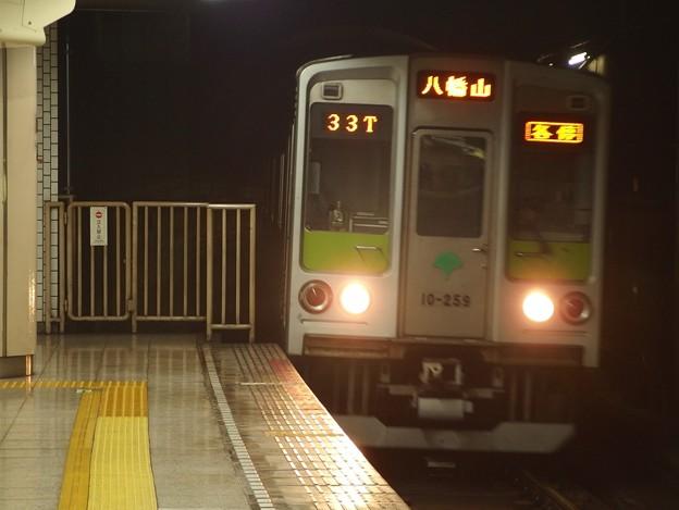 Photos: 都営新宿線小川町駅3番線 都営10-250F各停八幡山行き進入