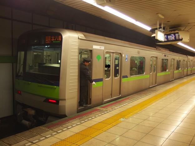 都営新宿線岩本町駅4番線 都営10-330F各停本八幡行き停止位置よし