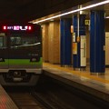 Photos: 都営新宿線岩本町駅2番線 都営10-560F急行笹塚行き通過前方確認(2)