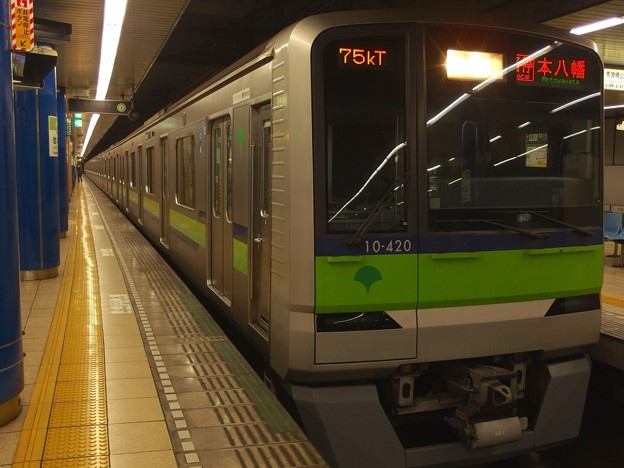 Photos: 都営新宿線岩本町駅3番線 都営10-420F各停本八幡行き