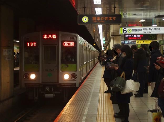 都営新宿線九段下駅6番線 都営10-240F各停本八幡行き進入