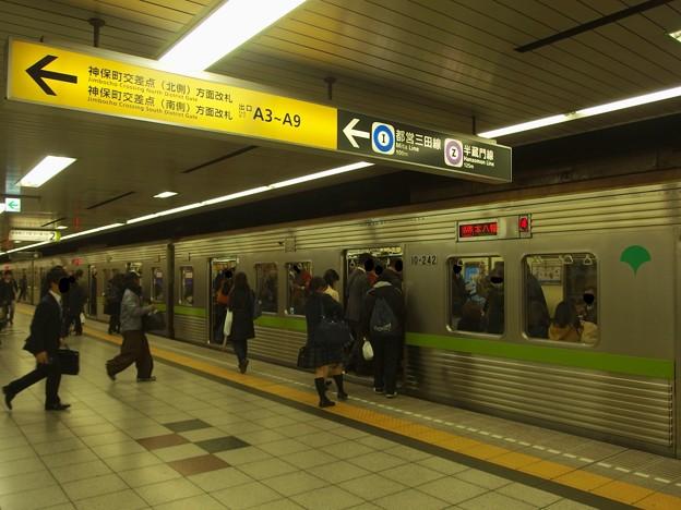 都営新宿線神保町駅2番線 都営10-240F各停本八幡行きラッシュ