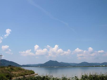 児島湖に映る真夏の常山
