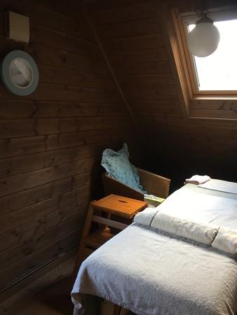 屋根裏部屋の天窓から明るい日差しが差し込むサロン