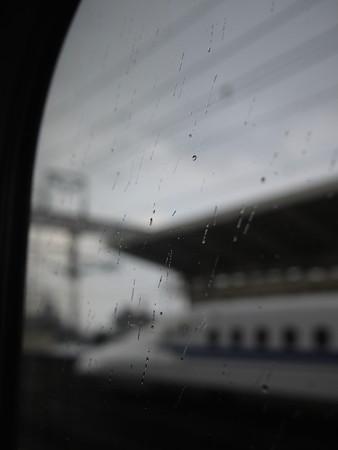 米原駅停車中、雪降ってました(車内もなんだか寒かった)