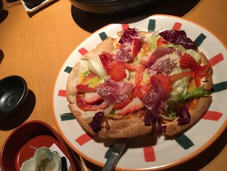 不思議なピザ(イチゴと生ハムいり)