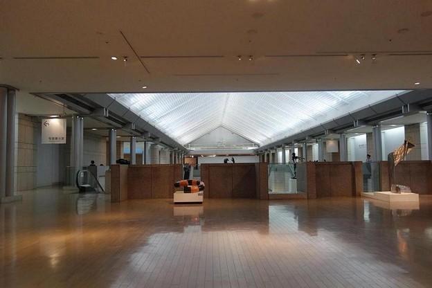 写真: 横浜美術館内
