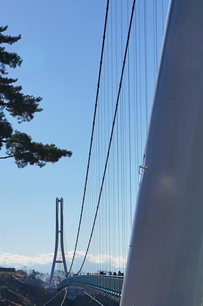 吊り橋を渡り