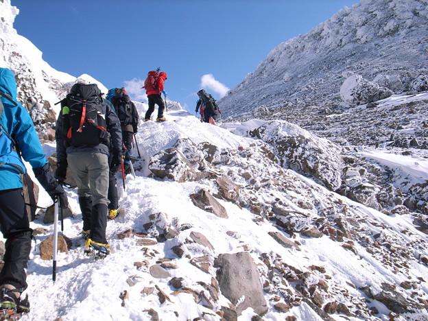 日本の山 雪山講習会 那須茶臼岳 茶臼岳に向かって岩稜を越えます。