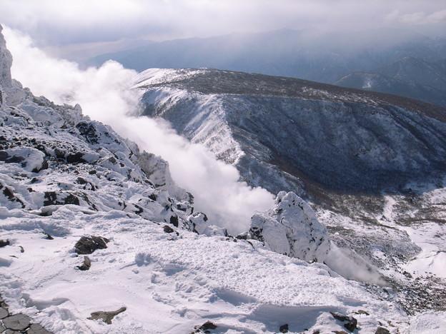 日本の山 雪山講習会 那須茶臼岳 噴気の向こうに南月山。