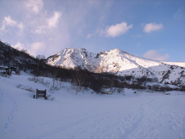 日本の山 雪山講習会 那須茶臼岳 峠の茶屋に下山しました。朝日岳が夕日で浅く染まっています。
