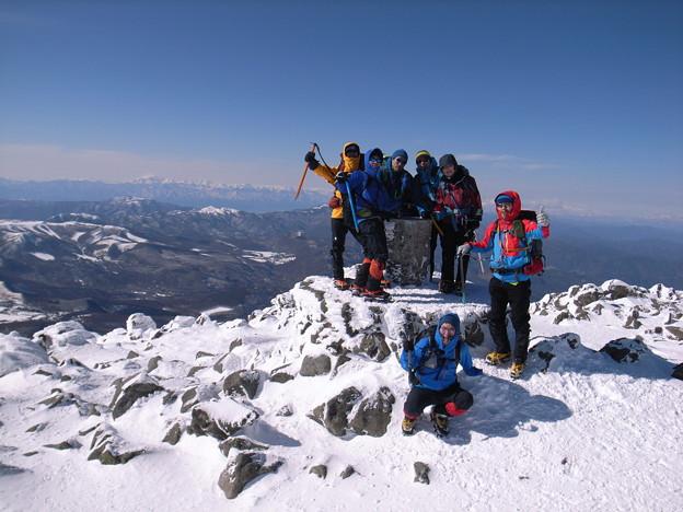 日本の山 雪山講習会(STEP2) 蓼科山 頂上の展望台で北アルプスをバックに集合撮影。