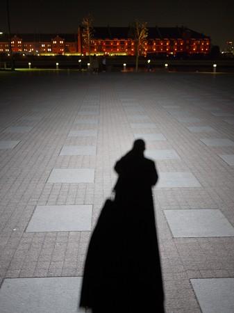 平日の夜の横浜で作る自分の影
