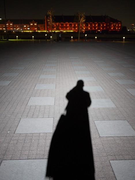写真: 平日の夜の横浜で作る自分の影