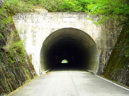県境の隧道
