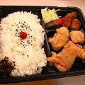 写真: 唐揚げ本舗のお弁当