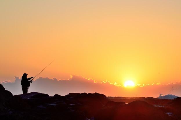 Photos: 釣り人と日の出