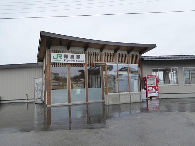 写真: 藤島駅 新駅舎
