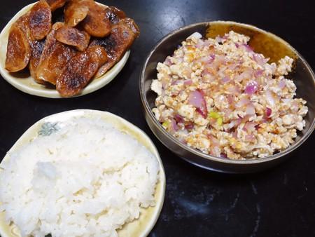 ラープ・ガイと餅米と魚肉の腸詰め