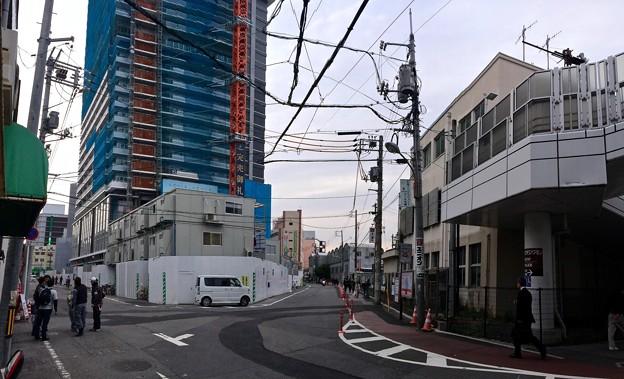 愛宕踏切の手前 グランクラスタワー広島 カープロード 2016年4月25日