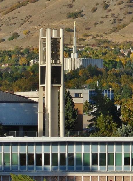 BYUのベル塔と背後にプロボ神殿