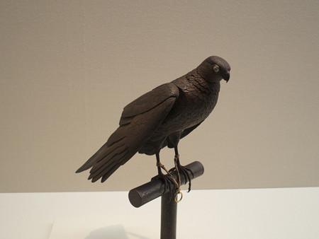 鷹の自在置物