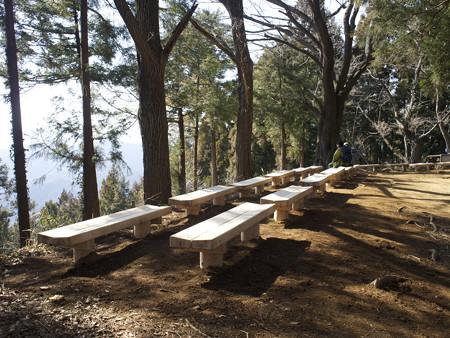 小仏峠に新しいベンチが