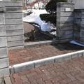 写真: 玄関から門前までの雪も消えました