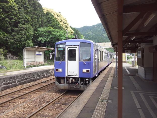 加太駅に停車中の普通列車