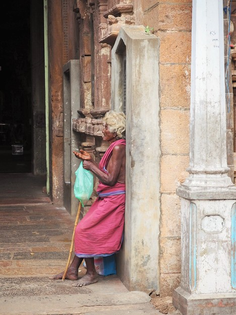 インショウハ強烈 Old beggar woman in the temple