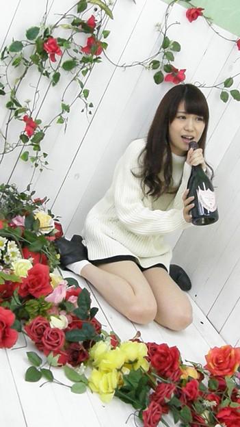 かすみん、お花に囲まれてワインを飲む