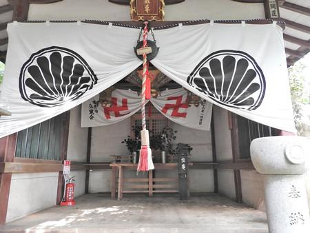 鞍馬寺27 革堂地蔵尊 黒の寺紋に紅白の卍