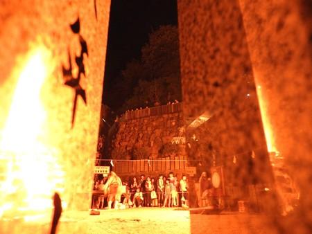 狸谷山不動院 火渡り祭18 隠れた柵の陰から覗く
