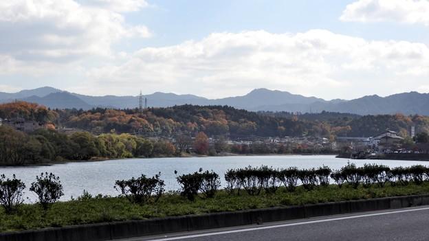写真: 石山寺駅11 瀬田川対岸の風景