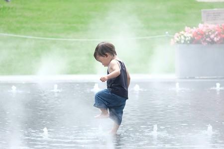 2016.08.03 横浜美術館 噴水で水遊ぶ