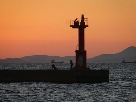 161024-1灯台と釣り人と船