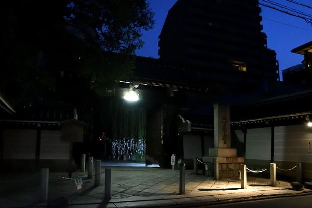 早朝の六角堂山門
