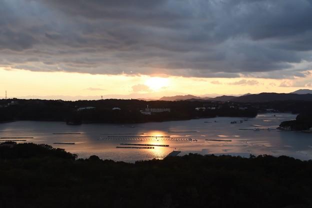 英虞湾に沈む夕日を焼き付ける