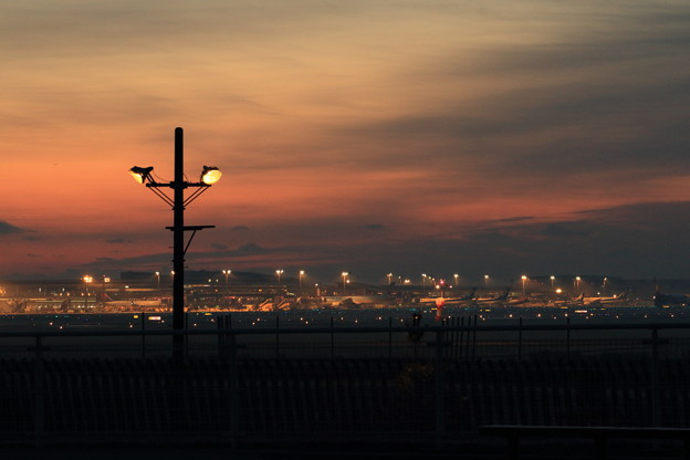夜明け前の成田空港