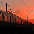 写真: 夕焼けの駅へ