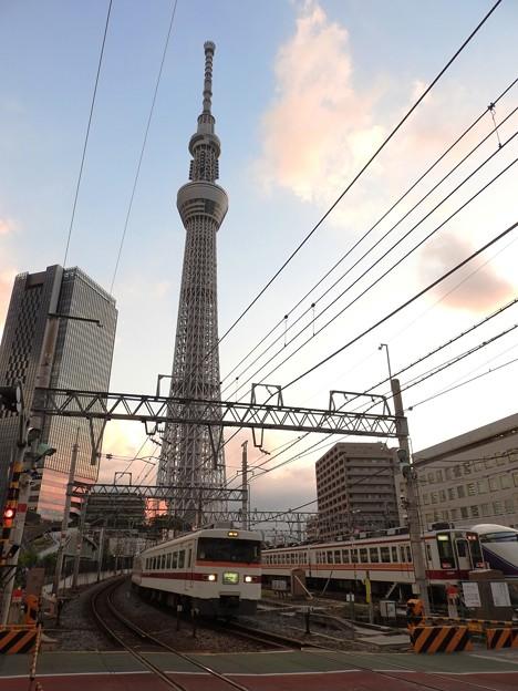 Photos: 夕暮れのスカイツリーを後にする東武350系しもつけ号