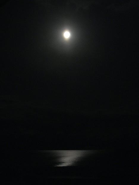 青い月夜のあと(月と海)