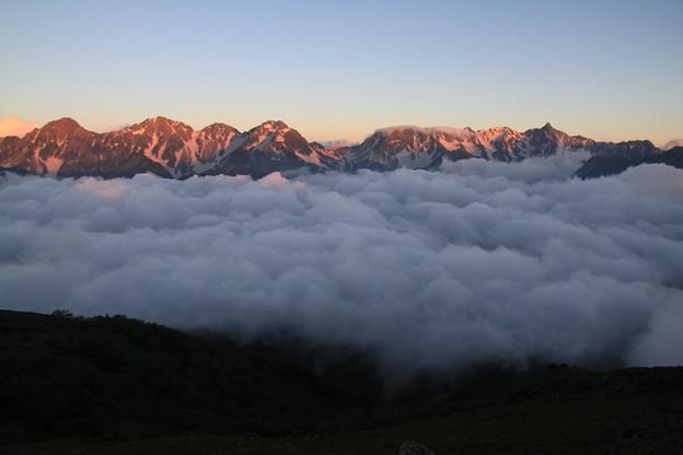 写真: 100722-12 蝶ヶ岳登山・蝶槍山頂よりの穂高連峰と槍ヶ岳・撮影時刻 4時55分