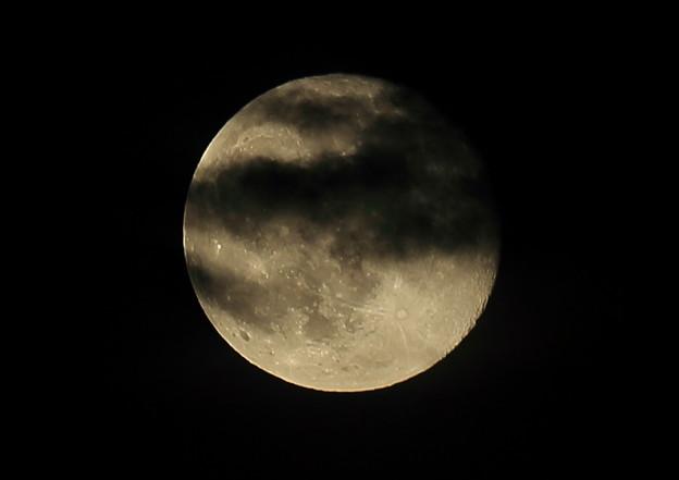 雲に陰る満月