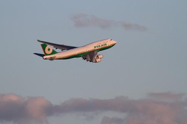 B747 EVA Air right turn