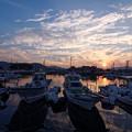 写真: 漁港の夕暮れ